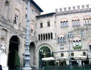 Grau-elegante Häuserfronten an der Piazza Garibaldi. (Foto: Sudy)