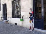 Eleganter Kunstladen am Place Jean-Moulin. Davor einladende Figur, am Place Jean.Moulin.