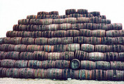 Ein Berg alter Fässer im Hof der Locke's Distillery in Kilbeggan. (Foto: Sudy)