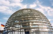 Am Dach des Berliner Reichtagsgebäudes ragt eine transparente und begehbare Kuppel in die Höhe.