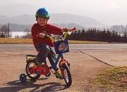 Luca, ein kleiner Radfahrer, sicher unterwegs. (Foto: C. Sudy)