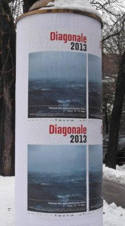 Litfaßsäule mit Diagonale-Werbung. (Foto: Sudy)