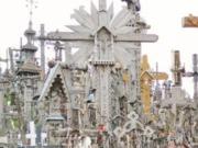 Dicht bedeckt mit Kreuzen ist der Hügel der Kreuze zu einem Wallfahrtsort geworden. © Sudy