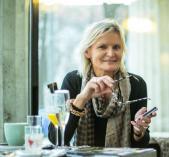 Hedi Grager, lächelnd und konzentriert  bei der Arbeit. (Foto: Sudy)