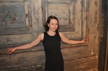 """Die steirische Schauspielerin Andrea Wenzl nach ihrem Auftritt in """"Die bitteren Tränen der Petra von Kant"""" vor dem Marstall-Tor des Münchner Residenztheaters. (Foto: Sudy)"""