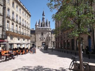 Bordeaux. Blick über den Place du Palais auf das prächtige Torgebäude Porte Cailhau. (Foto: Sudy)
