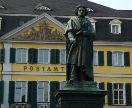 Beethovendenkmal am Münsterplatz. Dahinter ein heute als Post genütztes barockes Stadtpalais.