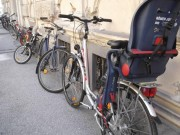 Fahrräder als Hausmauerzierde und Gehsteig-Hindernis. (Foto: Sudy)