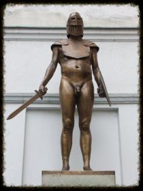 """Der """"Unbekannte Ritter"""", spärlichst bekleidet. Foto: Sudy"""