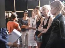 Backstage bei Eva Poleschinski. Letzte Abstimmung vor dem Runway. (Foto: Hedi Grager)