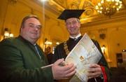 Bernhard Reismann, Leiter des Archivs der TU Graz, und Rektor Harald Kainz präsentieren die Festschrift. © TU Graz/Lunghammer