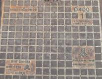 Ausschnitt einer zweiteiligen Schachtabdeckungin der Grazer Schmiedgasse. © Reinhard A. Sudy