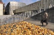 """KUG mit dem Theater im Palais und dem MUMUTH im Hintergrund, vorne Gerhard Lojens """"Raumpartitur"""". © 2015 Reinhard A. Sudy"""