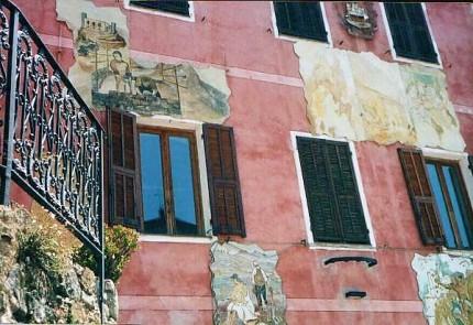 Bunte Wandmalereien an einer Hausfassade im Bergdorf Apricale. © Reinhard A. Sudy