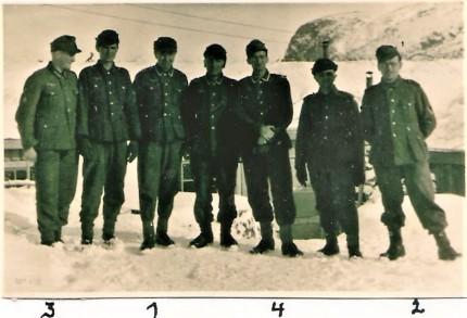 Die Operationsmannschaft vor der Baracke. Foto: W. Köle