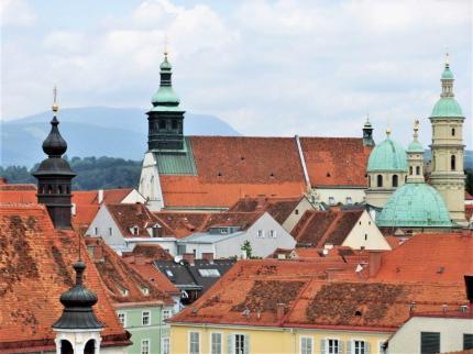 Blick über die Dächer- und Türmelandschaft der Grazer Altstadt Dom und Mausoleum. © Reinhard A. Sudy