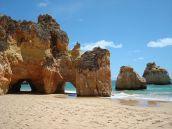 Algarve-Sandstrand mit traumhafter Felskulisse . ©