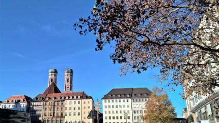 Blick über den Marienhof auf die Türme der Frauenkirche. © 2015 Reinhard A. Sudy