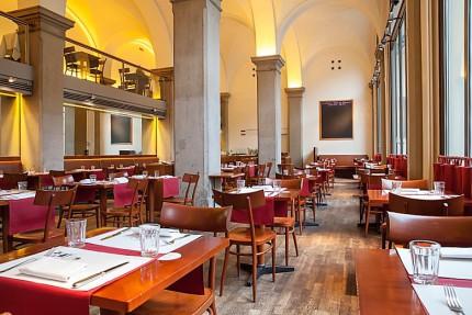 Der überaus hohe und sehr großzügig gestaltete Innenraum der Brasserie OskarMaria. © OskarMaria im Literaturhaus München