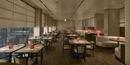 Das Emporio Armani Caffè in den Fünf Höfen Münchens, hier das Restaurant im 1.OG. © 2018 Giorgio Armani S.p.A.