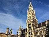Blick vom Marienplatz auf Rathaus und Frauenkirche-Türme. © 2017 Reinhard Sudy
