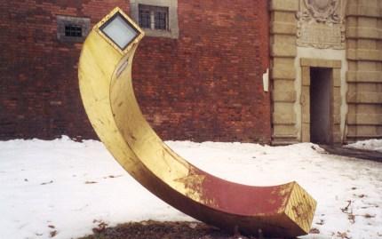 Aigner-Rollett-Denkmalhälfte in winterlicher Umgebung vor dem äußeren Paulustor am Rande der Grazer Altstadt. © Reinhard A. Sudy