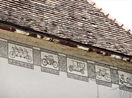 Graffiti von Puch-Fahrzeugen unter dem Dachsims. © Reinhard A. Sudy