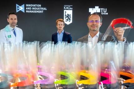 Jedes Schutzschild besteht aus einem 3D-gedruckten Trägerteil, einer gelochten Folie und einem Gummiband. © Lunghammer - TU Graz