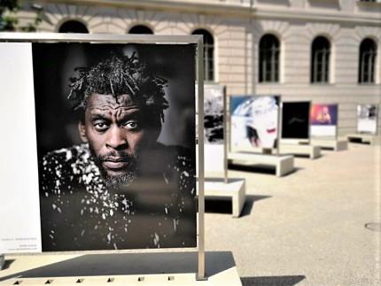 Menschenbilder 2020 im Joanneumsviertel Graz. Im Vordergrund ein Foto von Stefan Leitner: Daddy G . Massive Attack. © 2020 Reinhard A. Sudy