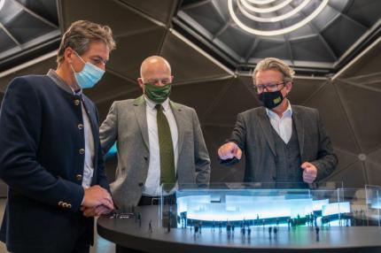 Kulturlandesrat Christopher Drexler betrachtet gemeinsam mit den Bürgermeistern Manfred Lenger (Spielberg) und Hermann Trinker (Schladming) das Modell des mobilen Pavillons, Foto: steiermark.at/Streibl